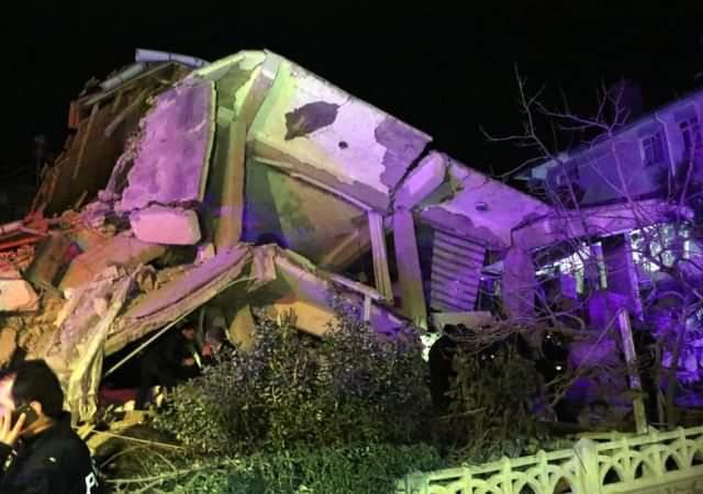 E dhimbshme/ 15 të vdekur dhe mbi 300 të plagosur nga tërmeti në Turqi (VIDEO)