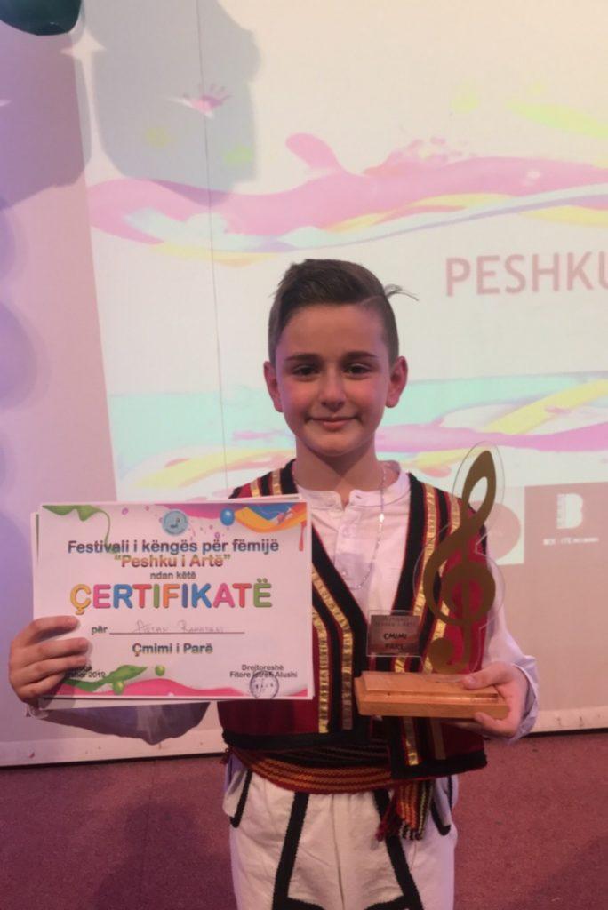 """Artan Ramadani, 11 vjeçari i super talentuar nga Struga vjen me videokipin e ri të këngës """"Qyteti im"""" (VIDEO)"""
