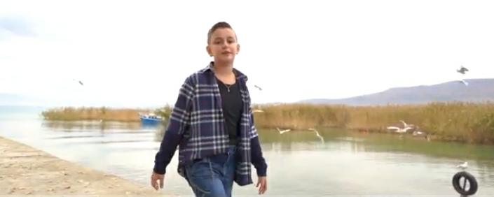 """Artan Ramadani, talenti shkëlqyer nga Struga vjen me këngën e re """"Qyteti im"""" (VIDEO)"""