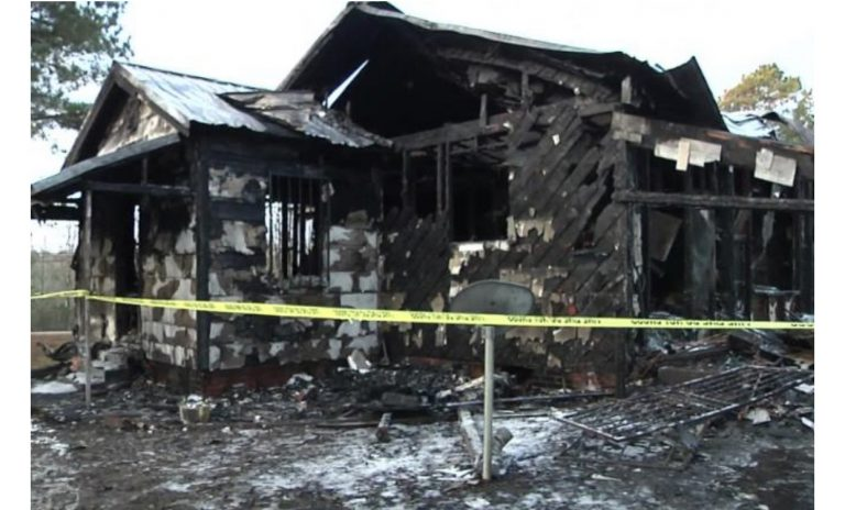 Shkrumbohet shtëpia: Humbin jetën 6 fëmijët dhe e ëma, babai ia del të shpëtojë