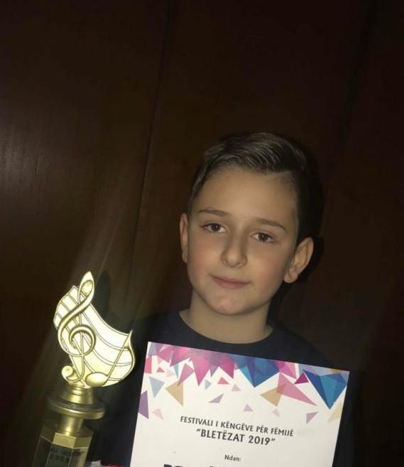 11 vjeçari Artan Ramadani, talenti i shkëlqyer nga Struga që i këndon qytetit me shumë dashuri dhe pasion (VIDEO)