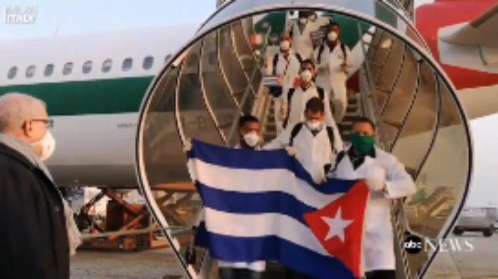 Me flamuj nëpër duar, 50 mjekët nga Kuba zbarkojnë në Milano për të ndihmuar në luftën kundër koronavirusit (VIDEO)