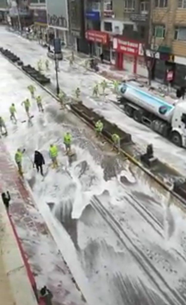 Ja si i dezinfektojnë rrugët në Turqi kundër koronavirusit (VIDEO)