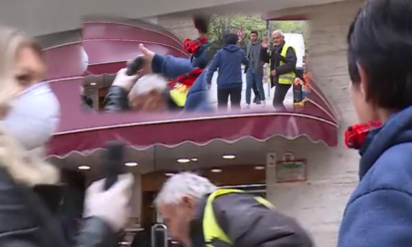 Shqiptari flet me gazetaren, gruaja i turret dhe e godet me shuplakë! (VIDEO)