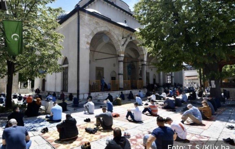 Pas dy muaj është falur përsëri namazi i xhumasë në xhamitë e Bosnjës (FOTO)