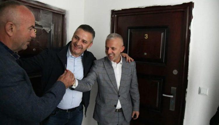 """Halil Kastrati i dhuron banesë një veterani nga Skënderaj : """"Nata e Fitër Bajramit. E gëzofshi banesën e re"""""""