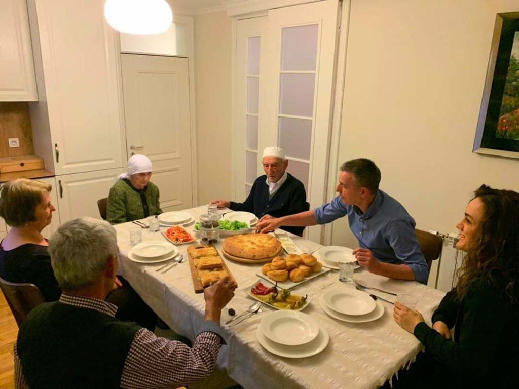 Kadri Veseli: Nuk ka iftar më të bukur se ai që bëhet me prindërit (FOTO)
