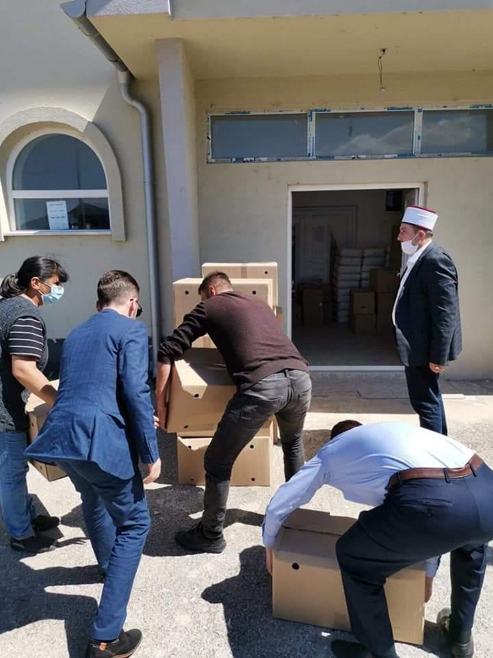 Myftinia e Strugës shpërndanë ndihma për familjet nevojtare (FOTO)