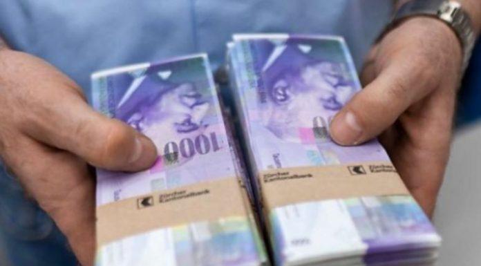Dy persona paraqiten si policë të rremë, një gruaje i marrin mbi 100 mijë franga