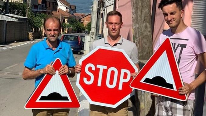 Ladorishti vendosi sinjalistikat rrugore (FOTO)