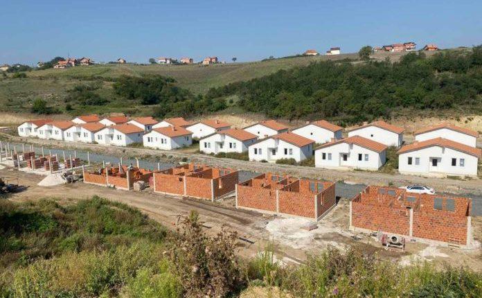 Madhështore/ Halil Kastrati ndërton një lagje me shtëpi (FOTO)