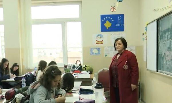 E vështirë dita e parë në shkollë për nxënësit që humbën mësuesen nga koronavirusi