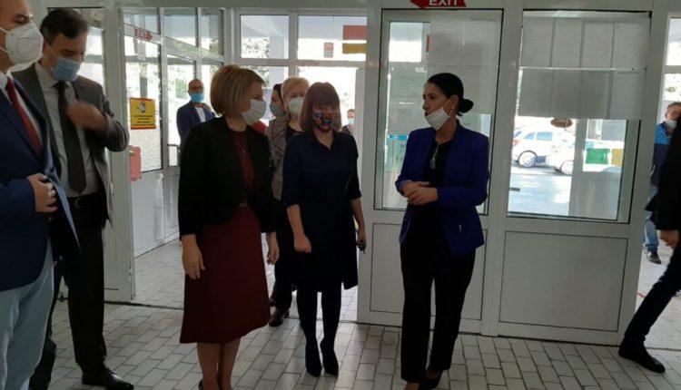 Carovska: Familjet me më shumë fëmijë mësimin në distancë do ta ndjekin edhe në RTVM