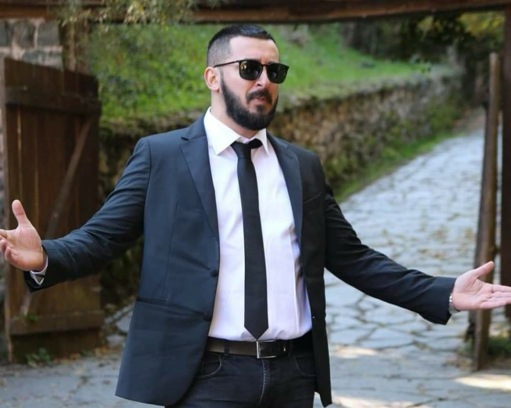 """Jetmir Etemi, këngëtari i ri nga Frëngova e Strugës vjen me një super këngë popullore """"Shumë urime, shumë dëshira"""" (VIDEO)"""