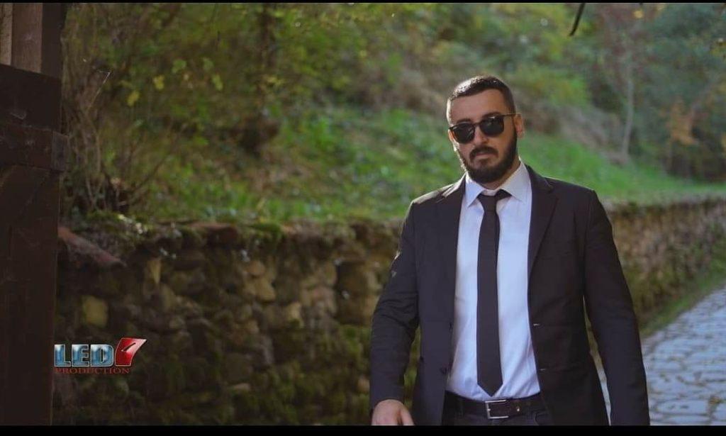 """Jetmir Etemi, këngëtari i talentuar nga Frëngova e Strugës vjen me një super këngë popullore """"Shumë urime, shumë dëshira"""" (VIDEO)"""