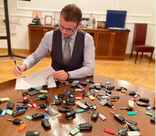 Makinat zyrtare shfrytëzoheshin pa kontroll, kryetari i ri i Banja Llukës mbledh çelësat e keqpërdoruesve të komunës