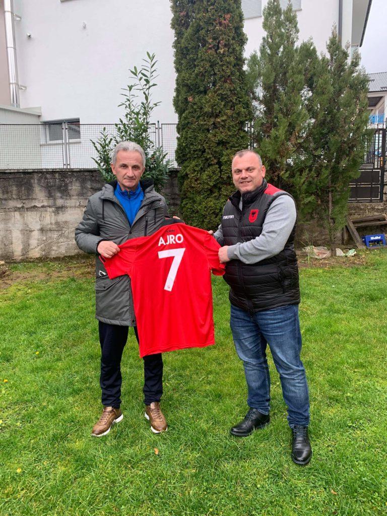 Sokol Dauti ja dhuron Subi Ajros fanelën e Kombëtares Kuq e Zi (FOTO)