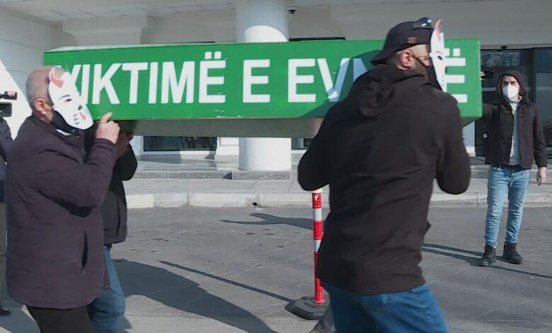 """Nisma civile """"Mjaft më"""" protestë para ndërtesës së EVN-së"""