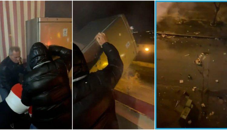 Tre persona hedhin frigoriferin nga kati i tretë i ballkonit duke festuar Vitin e Ri (VIDEO)