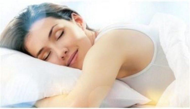 Ja çfarë duhet të konsumoni për një gjumë sa më të rehatshëm