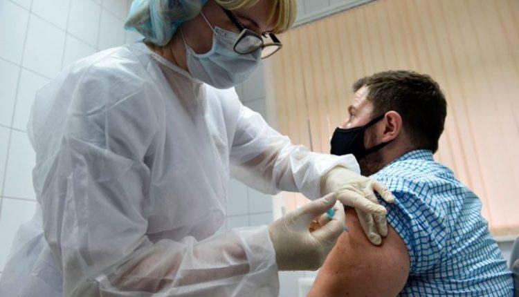 CDC: Njerëzit e vaksinuar nuk duhet të izolohen nëse takohen me dikë që është i infektuar me COVID-19