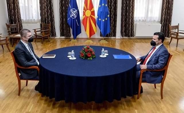 A përfaqësojnë diçka partitë shqiptare kur këta dy vendosin për fatin e të gjithëve?!