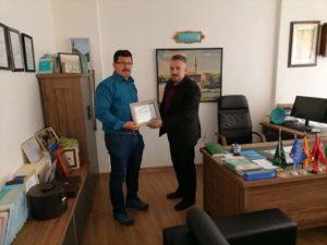 Myftinia e Strugës: Salim Sulejmani i ndau mirënjohje doktor Milot Rizvanit për kontributin e tij në fushën e mjekësisë (FOTO)