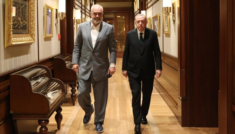 Presidenti Erdoğan pret kryeministrin shqiptar Edi Rama, takimi me dyer të mbyllura