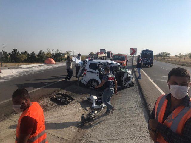 Kamioni përplas makinën dhe shkakton gjashtë viktima në Turqi (FOTO)