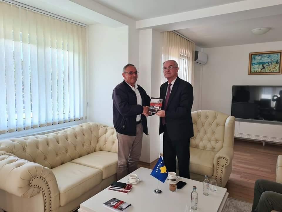 """Agni Dauti viziton konsullin e Kosovës në Strugë, i dhuron librin e tij më të ri """"Për të gjithë"""" (FOTO)"""