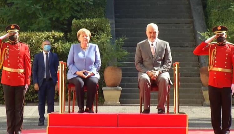 Angela Merkel mbërrin në Shqipëri, pritet me nderime të larta